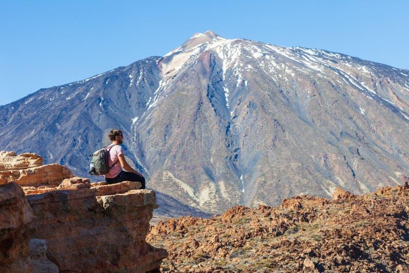 Το ταξιδιωτικό άτομο στην άκρη του βράχου απολαμβάνει το ηφαίστειο EL Teide στοκ φωτογραφία