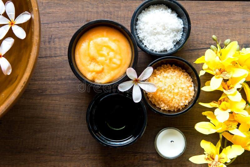 Το ταϊλανδικά άλας και τα σάκχαρα θεραπείας αρώματος θεραπειών SPA τρίβουν και λικνίζουν το μασάζ στοκ εικόνες