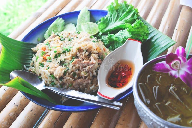 Το ταϊλανδικό ύφος έβαλε φωτιά στο ρύζι στο φύλλο μπανανών και το δίσκο με το παγωμένο ποτό στοκ εικόνα με δικαίωμα ελεύθερης χρήσης