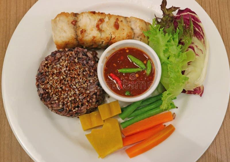 Το ταϊλανδικό ύφος έψησε άσπρο Seabass που εξυπηρετήθηκε στη σχάρα με τα βρασμένα Quinoa ρύζι-μούρων, φρέσκων και βρασμένο λαχανι στοκ εικόνα