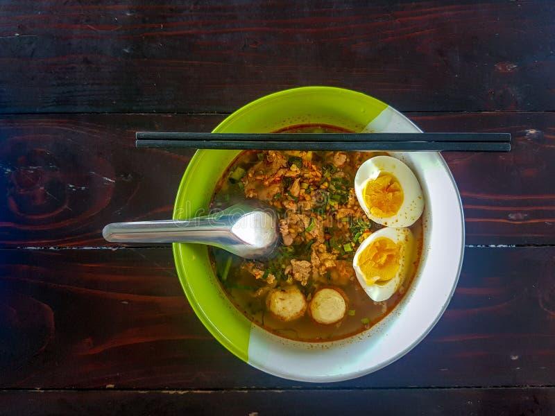 Το ταϊλανδικό ύφος τεμάχισε το νουντλς χοιρινού κρέατος που διακοσμήθηκε με τις σφαίρες χοιρινού κρέατος και μισό-το βρασμένο αυγ στοκ φωτογραφίες με δικαίωμα ελεύθερης χρήσης