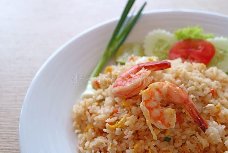 Το ταϊλανδικό ύφος τηγάνισε το ρύζι με τις γαρίδες ή το μαξιλάρι Goong Khao σε ένα άσπρο πιάτο στοκ εικόνα με δικαίωμα ελεύθερης χρήσης