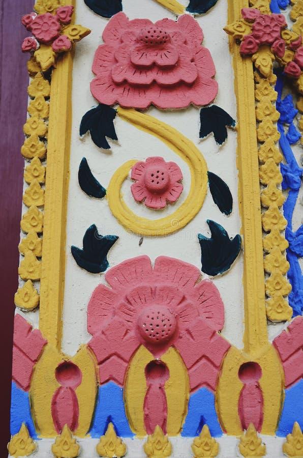 Το ταϊλανδικό ξύλο χαράζει, σύσταση ιστορικού σπάνιου σχεδίων λουλουδιών στοκ φωτογραφίες