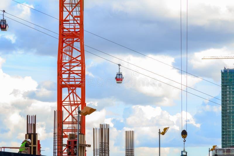 Το τελεφερίκ του Λονδίνου που βλέπει μέσω μιας κατασκευής νέας ανάπτυξης κάθεται στοκ φωτογραφία