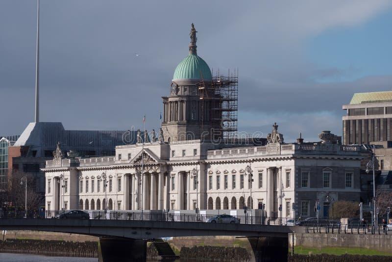 Το τελωνείο στο Δουβλίνο, Ιρλανδία, είδε από πέρα από τον ποταμό Liffey στοκ εικόνες
