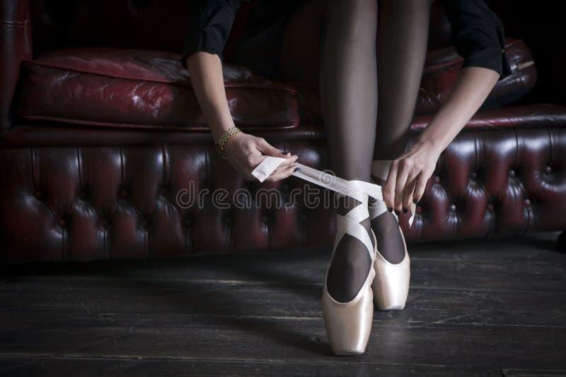 Το τεμάχιο των χεριών του κοριτσιού, δένοντας pointe παπούτσια στοκ φωτογραφίες