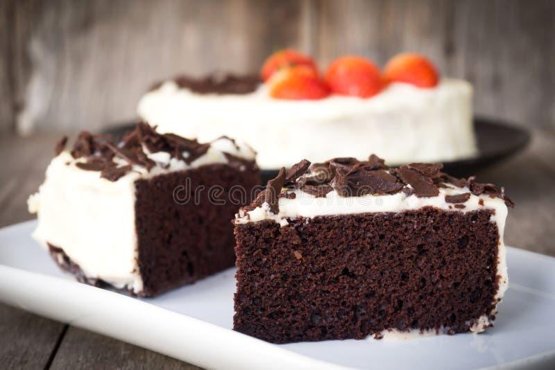 Το τεμαχισμένο κέικ σοκολάτας διακοσμεί με την κτυπώντας κρέμα, τεμαχισμένο choco στοκ φωτογραφίες με δικαίωμα ελεύθερης χρήσης