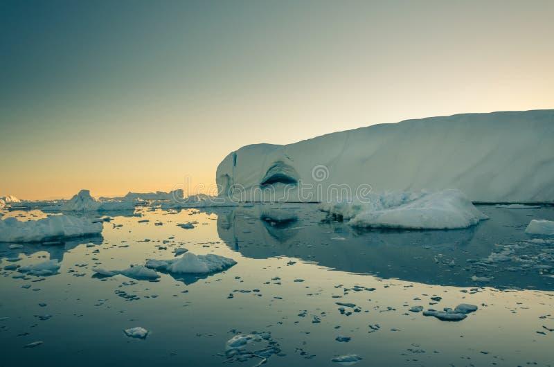 Το τεράστιο παγόβουνο με το εσωτερικό σπηλιών απεικονίζει στη θάλασσα, Ιλούλισσατ Icefjord, Γροιλανδία στοκ εικόνα με δικαίωμα ελεύθερης χρήσης