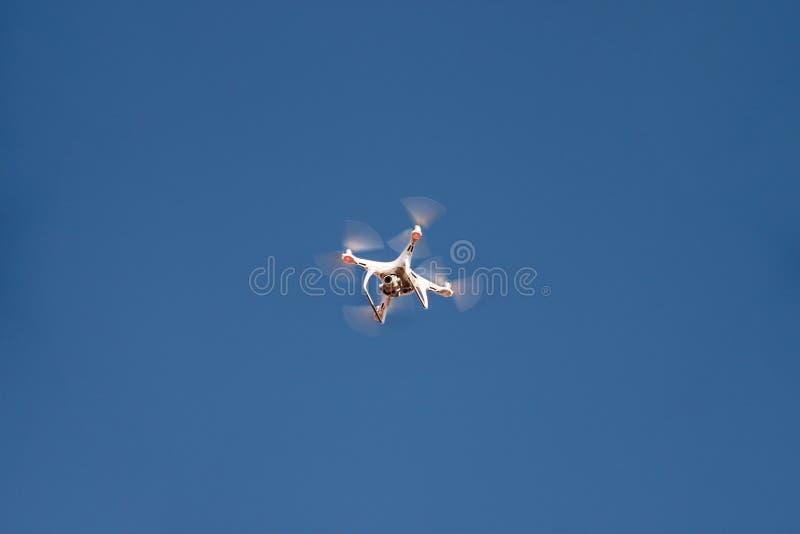 Το τετράγωνο κηφήνων copter πετά στο μπλε ουρανό στο υπόβαθρο Ο σύγχρονος κηφήνας πετά στον αέρα, για να πάρει τις φωτογραφίες κα στοκ εικόνες