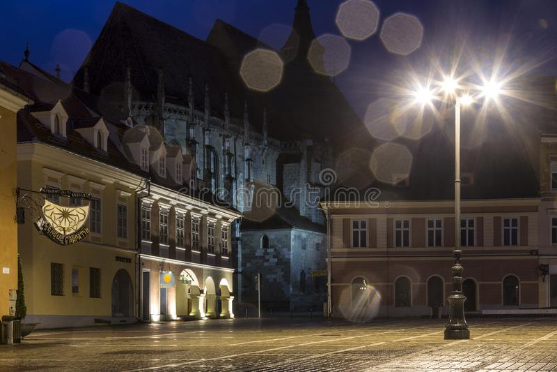 Το τετράγωνο του Συμβουλίου κατά τη διάρκεια της βροχής σε Brasov, Ρουμανία Άποψη με τα διάσημα κτήρια το βράδυ στοκ φωτογραφίες με δικαίωμα ελεύθερης χρήσης