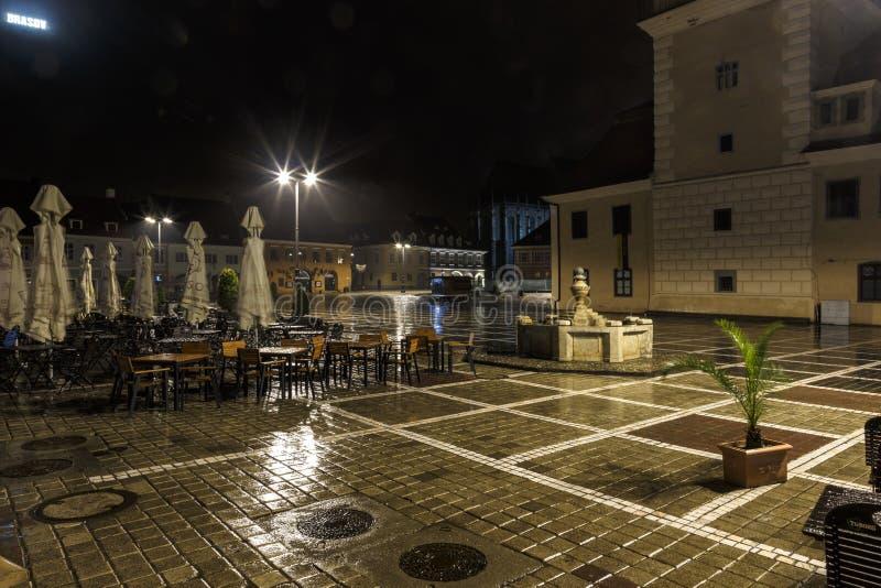 Το τετράγωνο του Συμβουλίου κατά τη διάρκεια της βροχής σε Brasov, Ρουμανία Άποψη με τα διάσημα κτήρια το βράδυ στοκ φωτογραφία με δικαίωμα ελεύθερης χρήσης