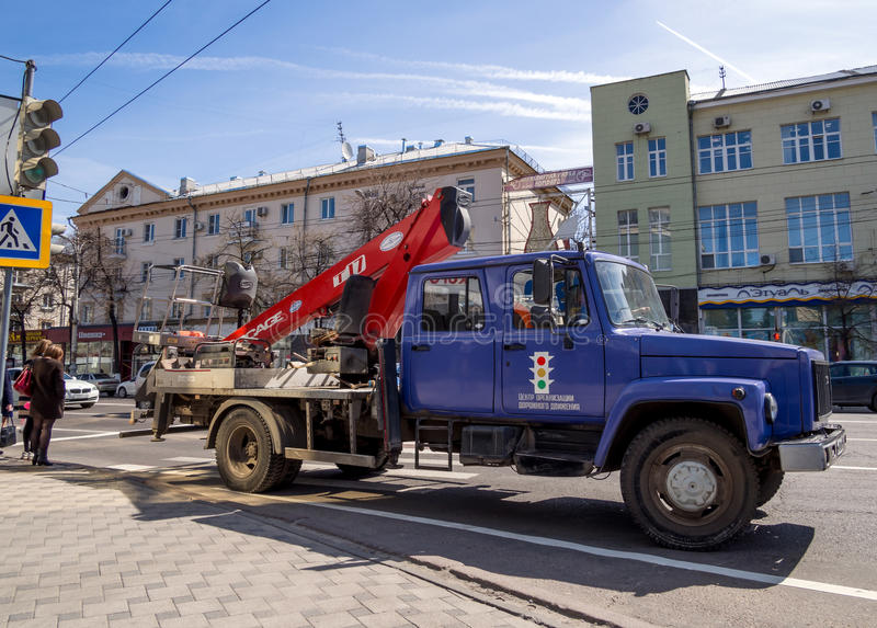 Το τεχνικό αυτοκίνητο του κέντρου της οργάνωσης κυκλοφορίας στέκεται στην οδό πόλεων στοκ φωτογραφίες με δικαίωμα ελεύθερης χρήσης
