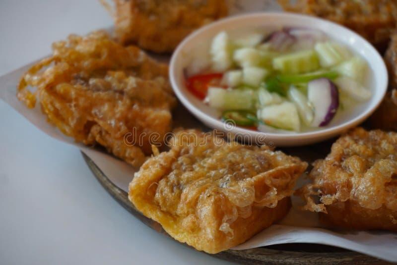 Το τηγανισμένο ψωμί με το κομματιασμένο χοιρινό κρέας διέδωσε την ταϊλανδική φρυγανιά χοιρινού κρέατος με το dippi στοκ φωτογραφία