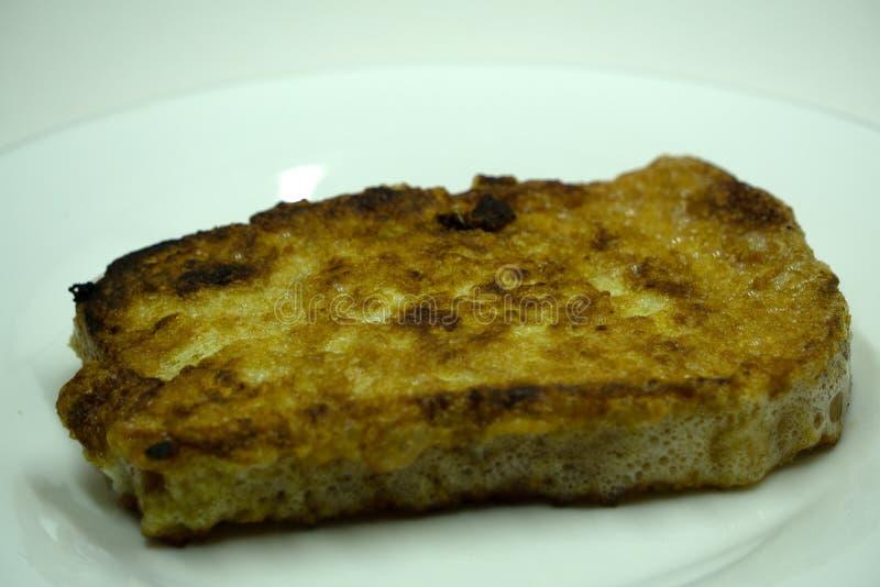 Το τηγανισμένο ψωμί τεμαχίζει το βουλγαρικό ψωμί προγευμάτων χρυσό στοκ φωτογραφία