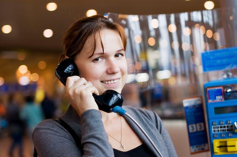 το τηλέφωνο κοριτσιών αε&rh στοκ εικόνες με δικαίωμα ελεύθερης χρήσης