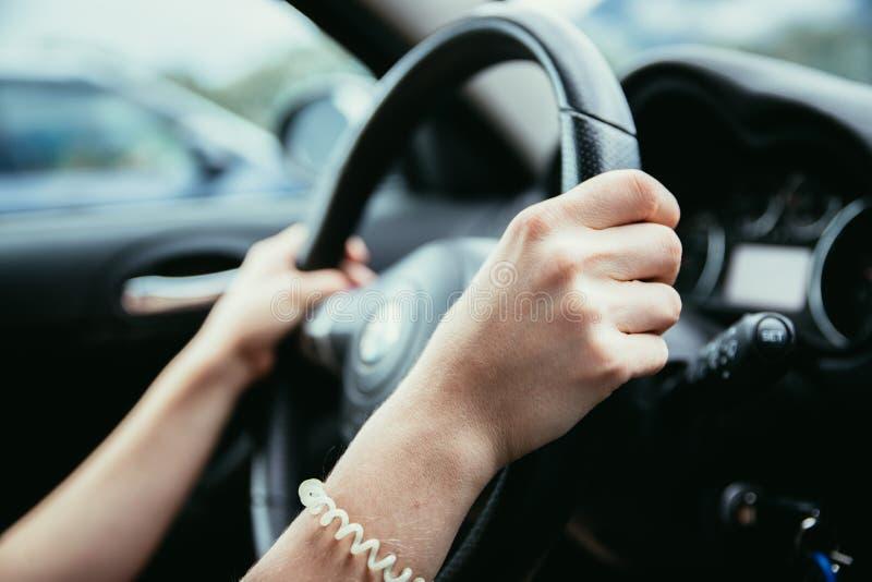 Το τιμόνι αθλητικών αυτοκινήτων, γυναίκα οδηγεί στοκ φωτογραφία με δικαίωμα ελεύθερης χρήσης