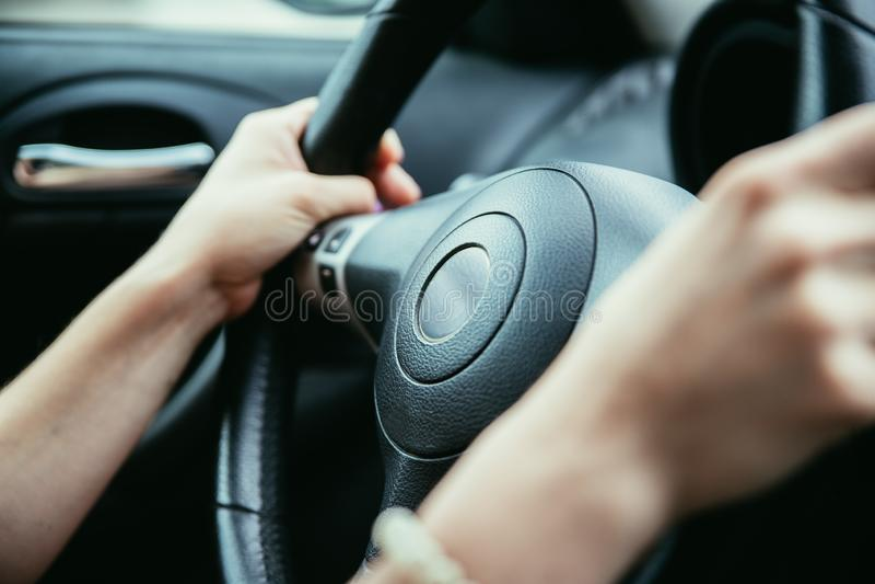 Το τιμόνι αθλητικών αυτοκινήτων, γυναίκα οδηγεί στοκ φωτογραφία