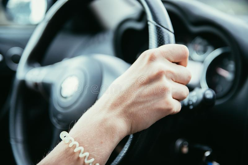 Το τιμόνι αθλητικών αυτοκινήτων, γυναίκα οδηγεί στοκ εικόνες με δικαίωμα ελεύθερης χρήσης