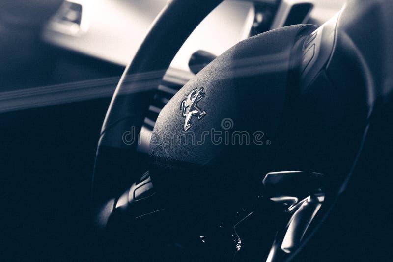Το τιμόνι με το λογότυπο ενός αυτοκινήτου peugeot 208 griffe aut 2014 στοκ φωτογραφία με δικαίωμα ελεύθερης χρήσης
