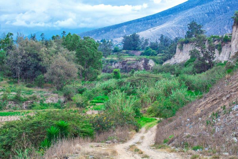 Το τοπίο είναι όμορφο, βουνά και δέντρα μπλε ουρανός σύννεφων λιβάδι στοκ φωτογραφία με δικαίωμα ελεύθερης χρήσης