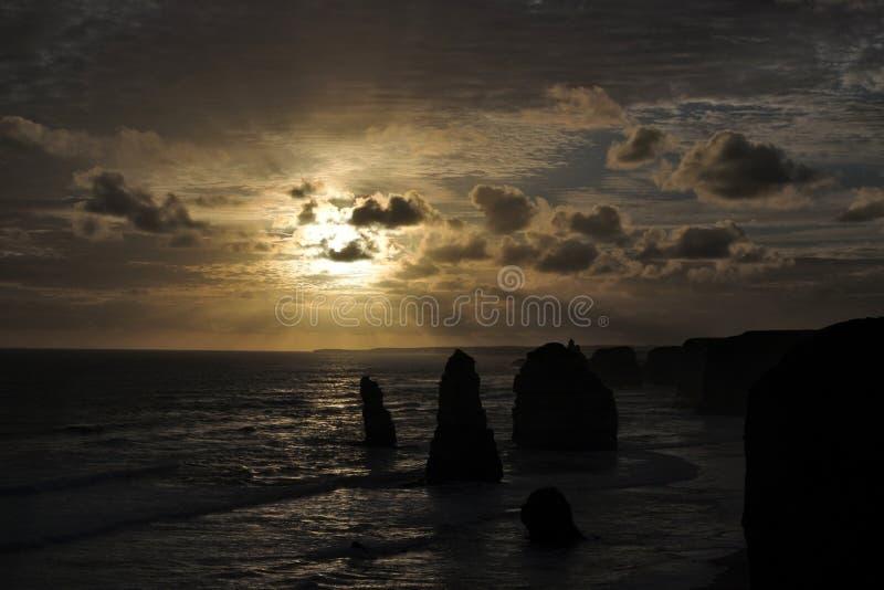 Το τοπίο ηλιοβασιλέματος βλέπει το μεγάλο ωκεάνιο δρόμο δώδεκα αποστόλων σε Βικτώρια Αυστραλία στοκ εικόνες με δικαίωμα ελεύθερης χρήσης