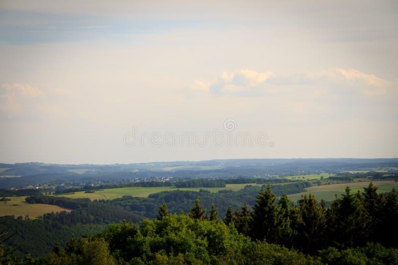 Το τοπίο και τα ξύλα του εθνικού πάρκου Eifel στο Βορρά Ρήνος-Westphali Γερμανία στοκ φωτογραφία