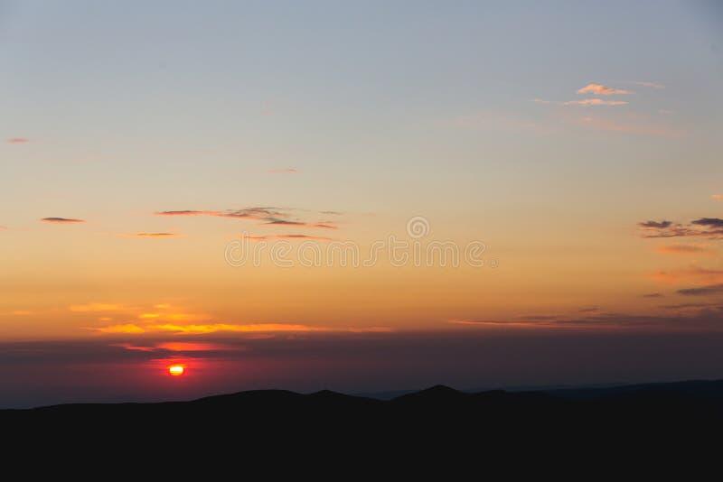 Το τοπίο ουρανού σύννεφων ανατολής και σειράς βουνών ταξιδεύει φύσης εναέρια άποψη τοπίου πρωινού υποβάθρου την τρομερή ειδυλλιακ στοκ φωτογραφία με δικαίωμα ελεύθερης χρήσης