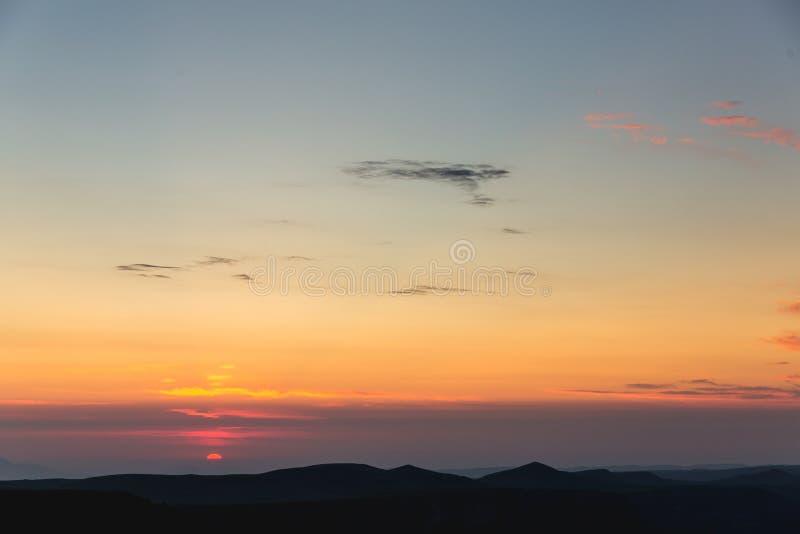 Το τοπίο ουρανού σύννεφων ανατολής και σειράς βουνών ταξιδεύει φύσης εναέρια άποψη τοπίου πρωινού υποβάθρου την τρομερή ειδυλλιακ στοκ φωτογραφία