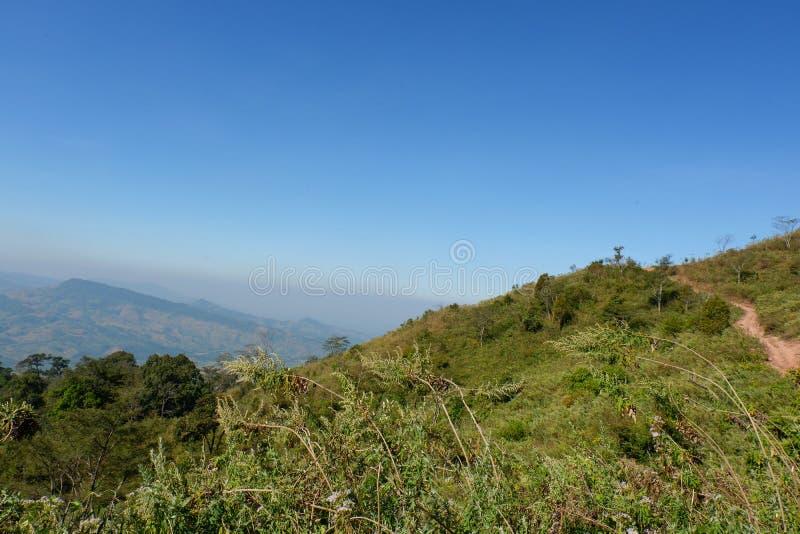 Το τοπίο στο δρόμο πηγαίνει στο βουνό στοκ φωτογραφία με δικαίωμα ελεύθερης χρήσης