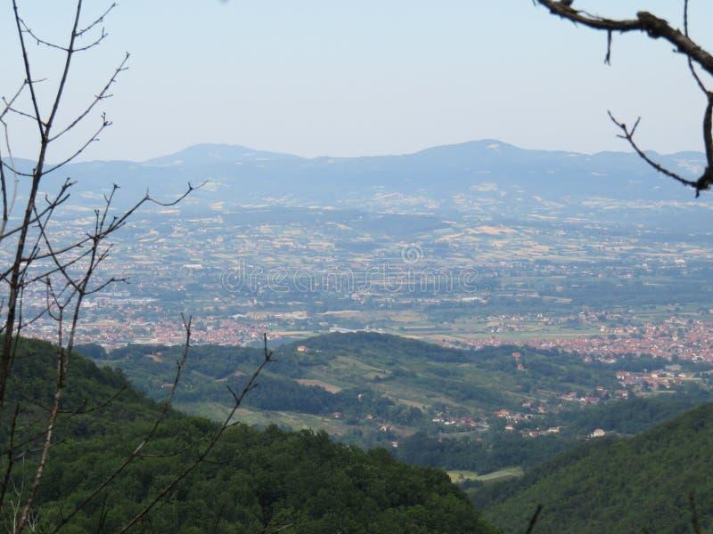 Το τοπίο της κατοικημένης κοιλάδας Jelica Cacak της Σερβίας στοκ εικόνες
