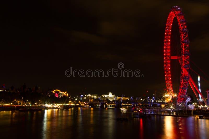 Το τοπίο του ματιού του Λονδίνου και ο ποταμός του Τάμεση βλέπουν τη νύχτα από τη γέφυρα του Γουέστμινστερ στοκ εικόνες με δικαίωμα ελεύθερης χρήσης