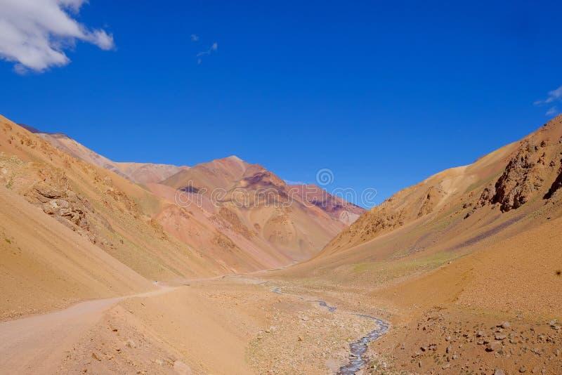 Το τοπίο των Άνδεων και ο δρόμος που οδηγεί Paso de Agua Negra στο βουνό περνούν, Region de Coquimbo, Χιλή στην Αργεντινή στοκ εικόνα με δικαίωμα ελεύθερης χρήσης