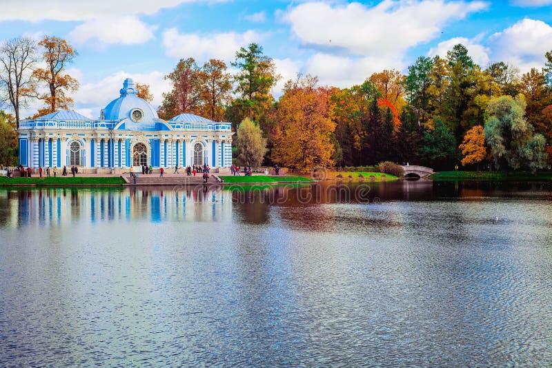 Το τοπίο φθινοπώρου με την άποψη πέρα από ένα περίπτερο ` Grotto ` κήπων και το humpback γεφυρώνουν στο πάρκο της Catherine, Push στοκ φωτογραφίες με δικαίωμα ελεύθερης χρήσης