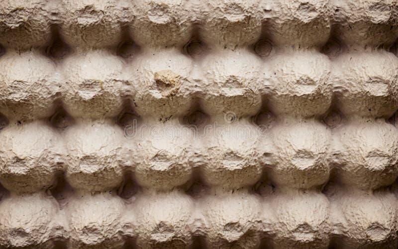Το τοπ φύλλο επιφάνειας άποψης του κενού κλουβιού αυγών χαρτονιού ή τα αυγά κονσερβοποιεί το παράθυρο φιαγμένο από καφετί φύλλο σ στοκ εικόνες με δικαίωμα ελεύθερης χρήσης