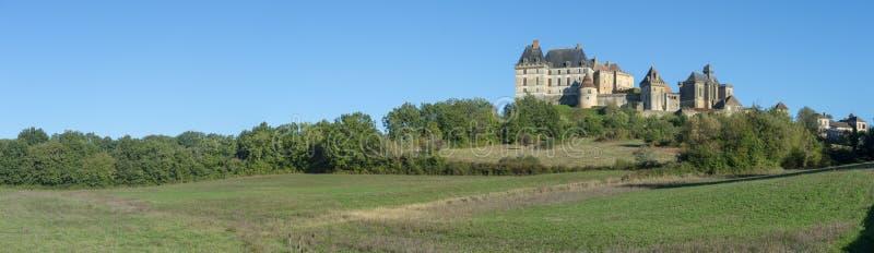 Το τοπ χωριό λόφων και το κάστρο Biron στην περιοχή Dordogne στοκ εικόνες με δικαίωμα ελεύθερης χρήσης