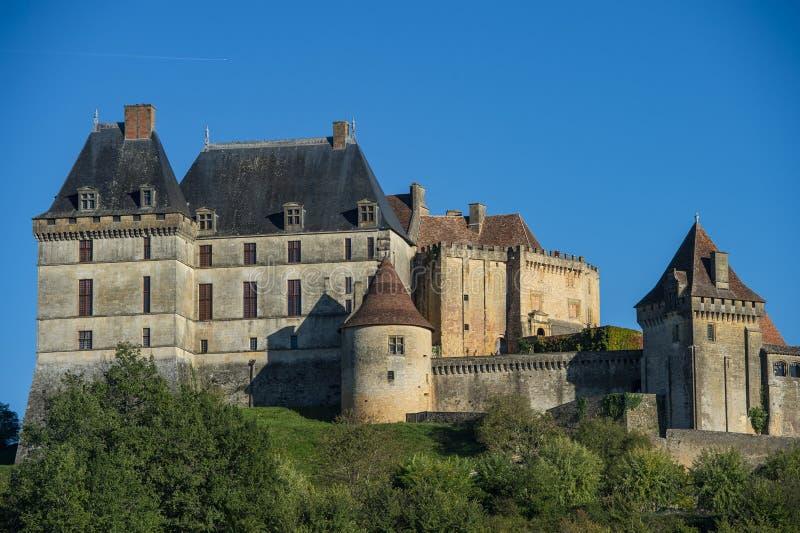 Το τοπ χωριό λόφων και το κάστρο Biron στην περιοχή Dordogne στοκ φωτογραφίες