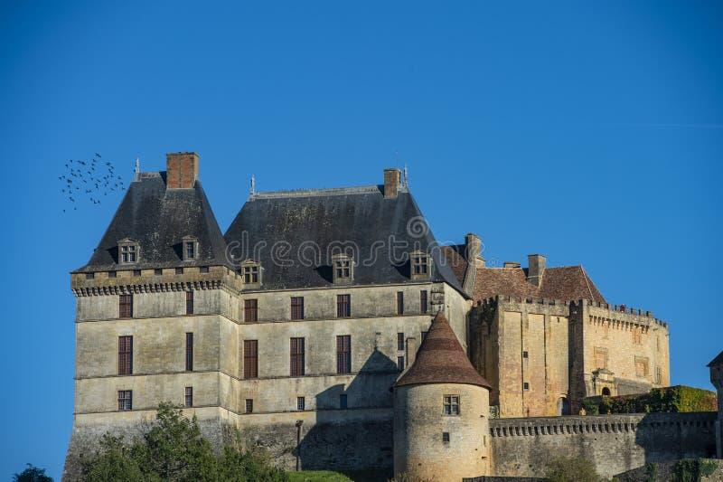 Το τοπ χωριό λόφων και το κάστρο Biron στην περιοχή Dordogne στοκ φωτογραφία με δικαίωμα ελεύθερης χρήσης