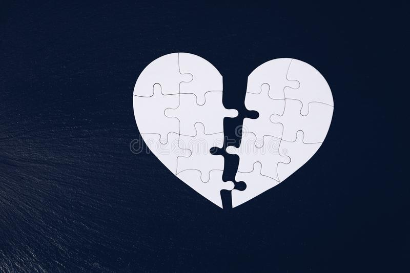 Το τορνευτικό πριόνι καρδιών χώρισε στο μισό, ημέρα του βαλεντίνου, γρίφος καρδιών αγάπης τορνευτικών πριονιών δύο κομματιού, ένν στοκ φωτογραφία με δικαίωμα ελεύθερης χρήσης
