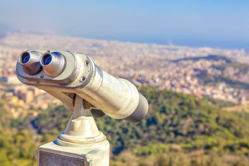 Το τουριστικό τηλεσκόπιο εξετάζει την πόλη στοκ εικόνα