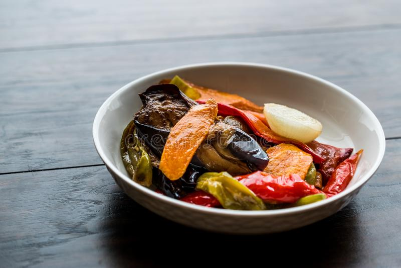 Το τουρκικό ύφος τροφίμων τηγάνισε τα λαχανικά, το κόκκινο πιπέρι, τη μελιτζάνα, το καρότο, το καυτά πιπέρι και τα κρεμμύδια/Sebz στοκ φωτογραφίες με δικαίωμα ελεύθερης χρήσης