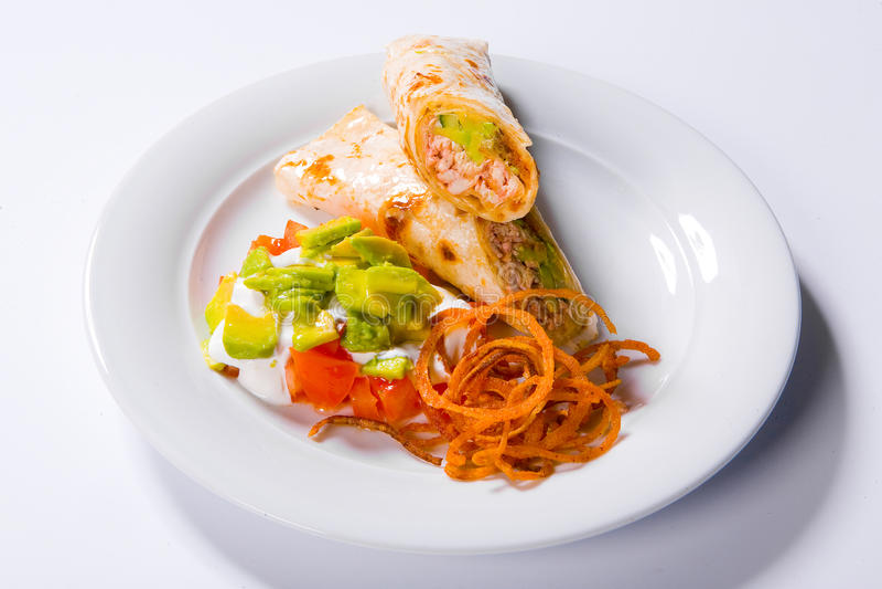 Το τουρκικό doner kebab, το shawarma, ο ρόλος με το κρέας και το pita πασπαλίζουν με ψίχουλα σε ένα άσπρο πιάτο στοκ εικόνες με δικαίωμα ελεύθερης χρήσης