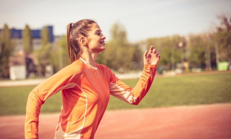 Το τρέξιμο με κάνει ευτυχησμένο 15 woman young κλείστε επάνω στοκ εικόνες