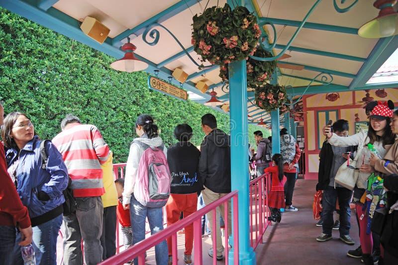 το τραίνο ανθρώπων Disneyland Χογκ Κογκ περιμένει στοκ εικόνες