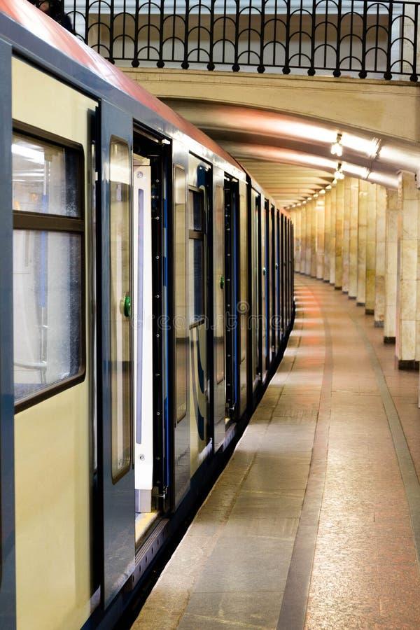 Το τραίνο του μετρό της Μόσχας στον εγκαταλειμμένο σταθμό στοκ φωτογραφίες