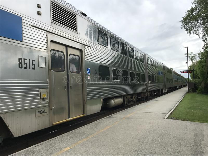 Το τραίνο Metra φθάνει στο σταθμό στοκ φωτογραφίες με δικαίωμα ελεύθερης χρήσης