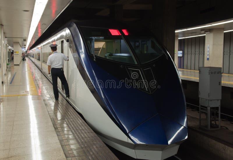 Το τραίνο Shinkansen περιμένει τους επιβάτες στο τερματικό του Τόκιο Ueno. στοκ φωτογραφίες