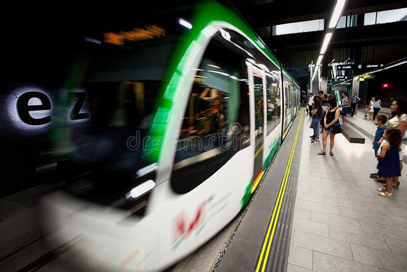Το τραμ φθάνει στην πλατφόρμα στοκ φωτογραφίες με δικαίωμα ελεύθερης χρήσης