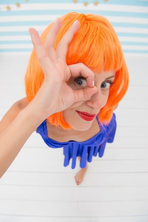 Το τρελλό κορίτσι κοιτάζει μέσω της εντάξει χειρονομίας επιτυχία και θετικό Σκεφτείτε θετικά το τρελλό κορίτσι είναι στην τέλεια  στοκ εικόνες με δικαίωμα ελεύθερης χρήσης