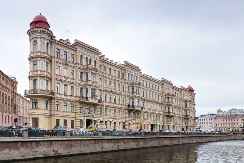 Το τριγωνικό κτήριο στο ανάχωμα καναλιών Griboyedov Πετρούπολη Άγιος στοκ φωτογραφία με δικαίωμα ελεύθερης χρήσης