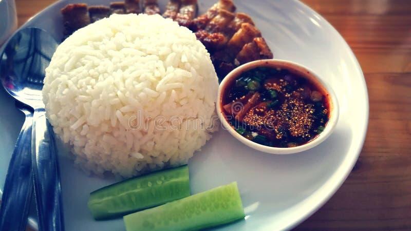 Το τριζάτο ρύζι χοιρινού κρέατος εξυπηρετεί με την πηγή τσίλι και τα φυτικά ασιατικά τρόφιμα οδών ύφους τροφίμων εύγευστες στοκ φωτογραφίες με δικαίωμα ελεύθερης χρήσης